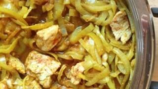 Kurczak w cebuli z curry